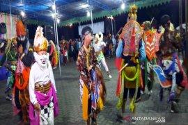 Pada pergantian tahun, ratusan warga Merapi  dihibur tari tradisional