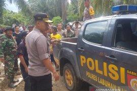 Kapolres Labuhanbatu pimpin evakuasi dua jenazah korban banjir besar