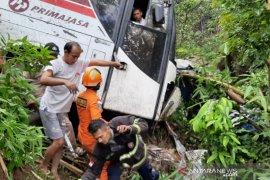 Satu bus terperosok ke jurang di Nagreg Bandung