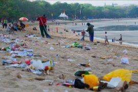 Sampah berserakan usai perayaan tahun baru di Kuta