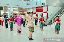Tari Bedincak sambut kedatangan perdana di Bandara Depati Amir
