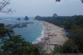 Libur tahun baru, ribuan wisatawan kunjungi Pantai Papuma Jember