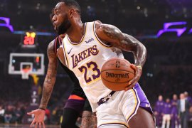 Triple-double James bawa Lakers