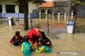 Banjir rendam 30 bangunan sekolah di Bekasi