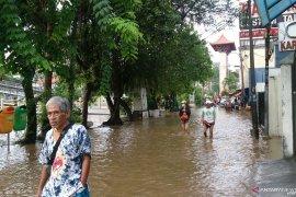 Jalan Pasar Baru tergenang banjir setinggi permukaan sungai Ciliwung yang meluap
