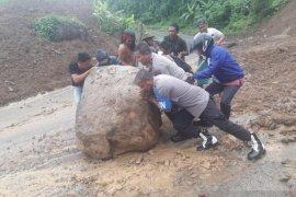 Longsor ringan terjadi di perlintasan Sumalata-Gorontalo Utara
