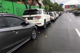 Jalan protokol Bekasi jadi lahan parkir dadakan