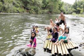 """Sensasi """"bamboo rafting"""" memikat wisatawan ke Loksado"""
