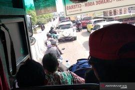 Banjir, pengendara sepeda motor Tangerang-Jakarta gunakan jalan tol