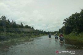 Ruas jalan negara Putussibau - Pontianak masih tergenang air