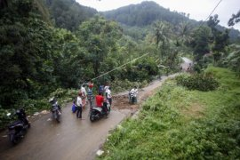 Kawasan wisata Bogor terputus karena longsor