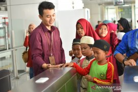Hilangkan trauma, bocah terdampak banjir  Jakarta diajak naik LRT