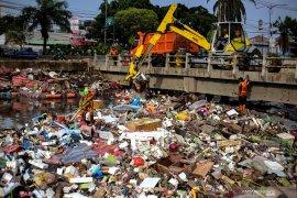 3.100 ton sampah dari Ciliwung diangkut  selama banjir