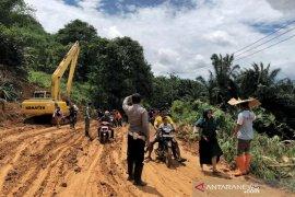 Polisi kerahkan tiga anjing pelacak cari korban tertimbun tanah di Bogor