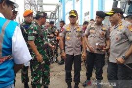 Panglima TNI - Kapolri serahkan bantuan ke pengungsi banjir di Bendungan Hilir