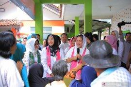 Ibu Negara Iriana Joko Widodo kunjungi korban banjir di Periuk Tangerang