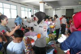 Polwan Polrestro Jaksel bantu korban banjir di Bintaro