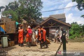 Petugas DLH dan Disbudpar  Kota Tangerang bersihkan lumpur  pascabanjir