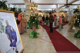 Sehari setelah banjir surut,  seorang warga Pondok Jaya gelar resepsi pernikahan
