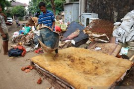 Panen barang rongsokan, pemulung raih berkah banjir tahun baru Jakarta