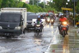 Genangan Air Ganggu Pengguna Jalan