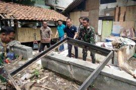 Koramil 0219/Cikande bersihkan rumah warga korban banjir