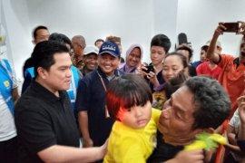 Tinjau posko banjir, Menteri BUMN salurkan air bersih dan obat