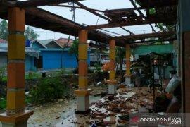 Angin kencang menerjang tiga kecamatan di Pamekasan