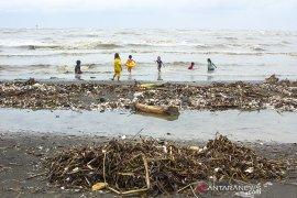 Wisata pantai tercemar sampah