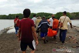 Temuan mayat tersangkut pohon bakau gegerkan warga Bekasi