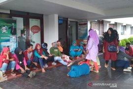 Pekerja bertahan di Disnakertrans Bengkulu tuntut pembayaran upah