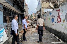 Sebuah bangunan di Palmerah Jakarta Barat roboh