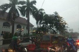 Hujan disertai angin kencang tumbangkan pohon dan tiang listrik di Surabaya