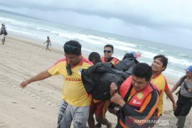 Tim SAR evakuasi jenazah wisatawan tenggelam di Seminyak-Badung