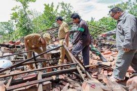 Sedikitnya 70 bangunan rusak akibat angin kencang di Pamekasan
