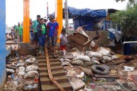 Muhaimin kunjungi dan beri semangat warga Kampung Pulo bersihkan selokan pascabanjir