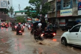 Hujan lebat guyur Bandarlampung akibatkan banjir Page 5 Small