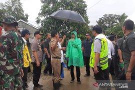 Jokowi gunakan jas hujan plastik saat hujan di Sukajaya Bogor