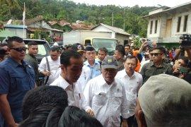 Presiden  Jokowi tinjau warga terdampak banjir bandang di Kabupaten Bogor