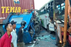 """Truk kontainer """"laga kambing"""" dengan bus penumpang umum"""