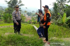 Warga diimbau mengungsi karena meluasnya pergerakan tanah di Cibadak Cianjur