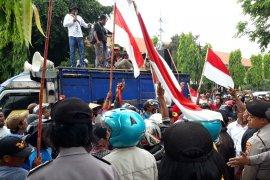 Warga kaki Gunung Kelud Kediri demo Perhutani soal mafia lahan hutan