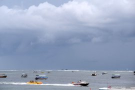 Wahana permainan air Tanjung Benoa berlakukan buka-tutup akibat cuaca buruk