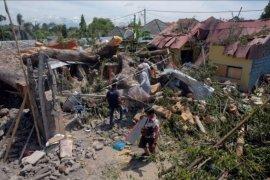 Rumah hancur tertimpa pohon di Denpasar