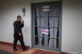 Rumah Komisioner KPU WS ikut disegel