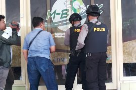Petugas KPK sita dua koper dan beberapa kardus berkas Dinas PUBMSDA Sidoarjo