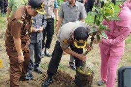 Polres Majalengka hijaukan lingkungan dengan tanam 100 ribu pohon