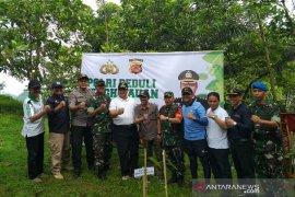 Polisi tanam ribuan pohon di Situ Gede Tasikmalaya antisipasi bencana alam