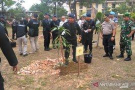 Kapolda dan Wakapolda tanam pohon di Mako Brimob Jambi