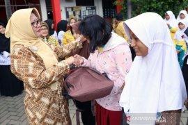 Siswa korban banjir di Tangerang terima bantuan seragam sekolah